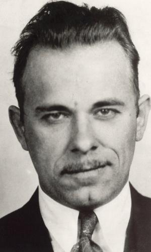 """John Dillinger foi um famoso assaltante de bancos dos Estados Unidos. Dillinger foi morto em uma emboscada armada pelo FBI, em 1934, após uma amiga o trair e facilitar o trabalho da polícia passando informações. Ele tinha 31 anos. Johnny Depp interpretou Dillinger no filme """"Inimigos Públicos"""" (2009)"""