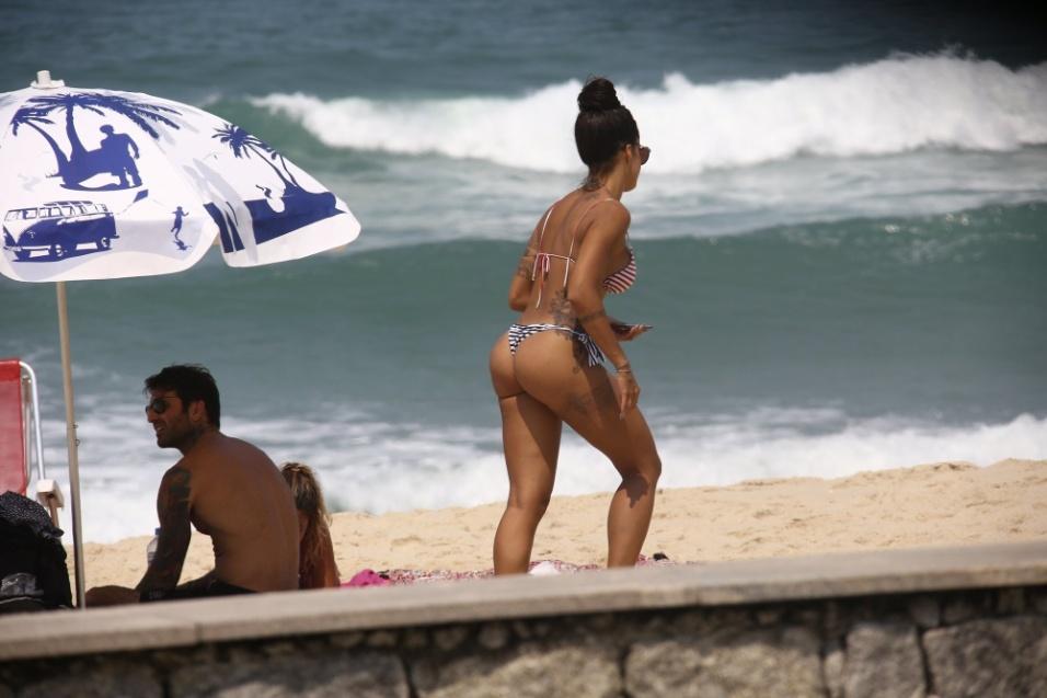 18.set.2016 - Aline Riscado exibe suas curvas na praia em dia de sol no Rio de Janeiro