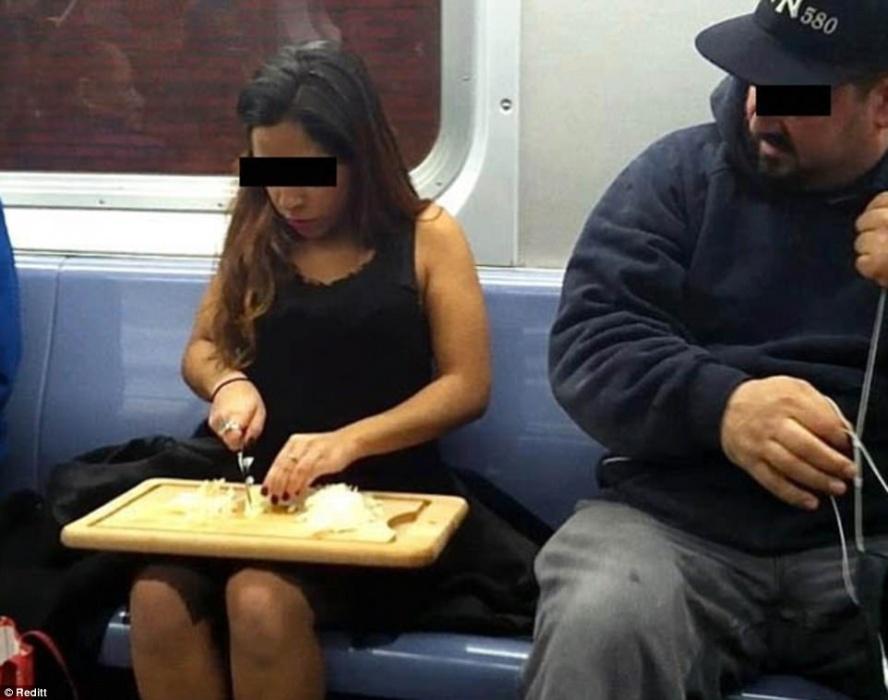 Uma mulher cortando cebola... A expressão do rapaz ao lado diz tudo sobre a cena