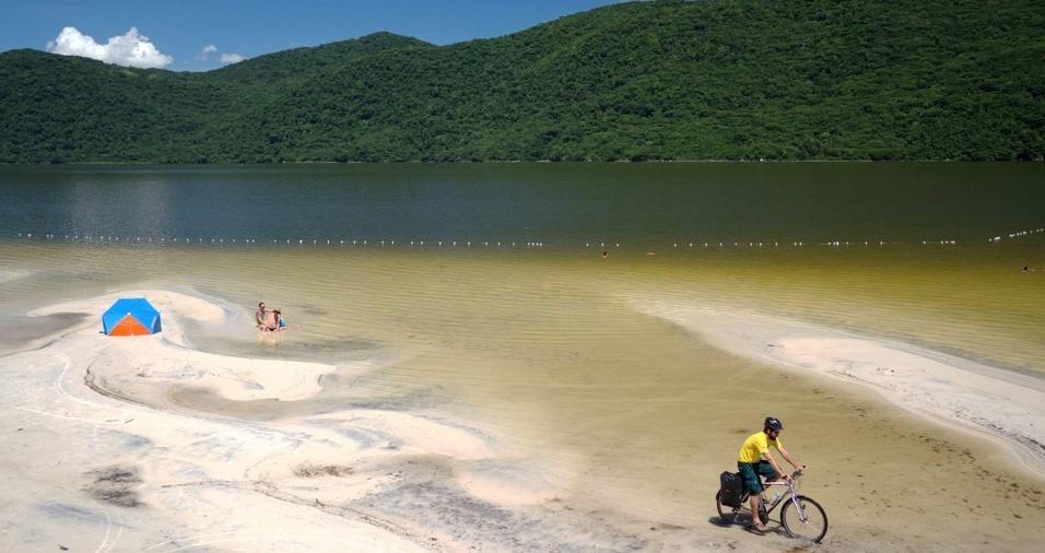 8. Lagoa do Peri - A Lagoa do Peri tem no máximo 11 metros de profundidade e está localizada a 24 quilômetros do Centro, próxima às praias da Armação e Pântano do Sul. Na região há também um parque com bar, lanchonete, mesas para pique-nique, churrasqueiras, estacionamento e brinquedos infantis, e também é possível realizar trilhas e caminhadas ecológicas