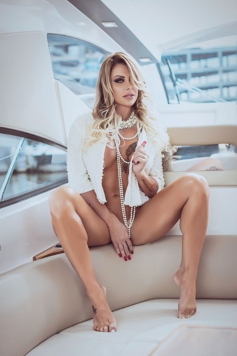 9.ago.2017 - Em ensaio provocante, Luciane Hoepers posa nua para a revista Sexy