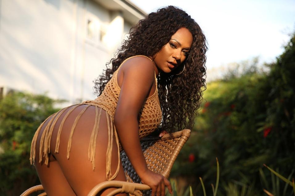 """13.nov.2017 - Candidata ao título de Musa do Brasil, a modelo Kell Rosan posou para um ensaio sensual do site Diamond Brazil. Quando perguntada sobre qual é a parte favorita de seu corpo, a musa foi direto ao ponto: """"Meus seios!"""", contou Rosan"""