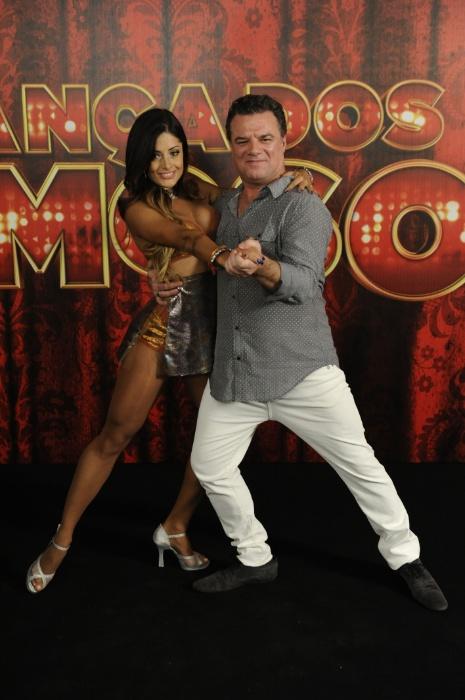 """20.mai.2013 - A bailarina Aline Riscado é apresentada como par do ator Adriano Garib no quadro """"Dança dos Famosos 2013"""" do """"Domingão do Faustão"""""""
