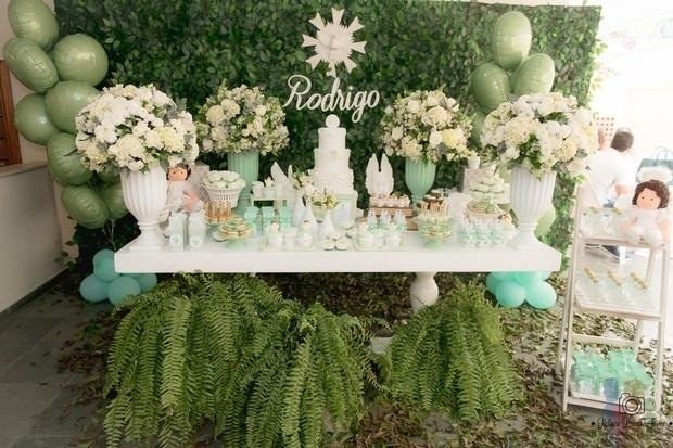 19.jul.2016 - Olha a mesa decorada com flores, enfeites e docinhos para a comemoração do batizado de Rodrigo, filho dos ex-BBBs Adriana Sant'anna e Rodrigão