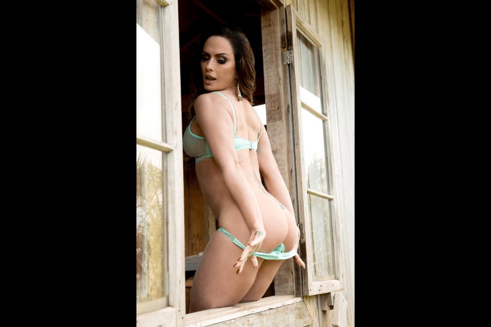 20.jan.2017 - A modelo Núbia Oliiver mostrou em ensaio sensual que continua as curvas que a transformaram em símbolo sexual na década de 1990