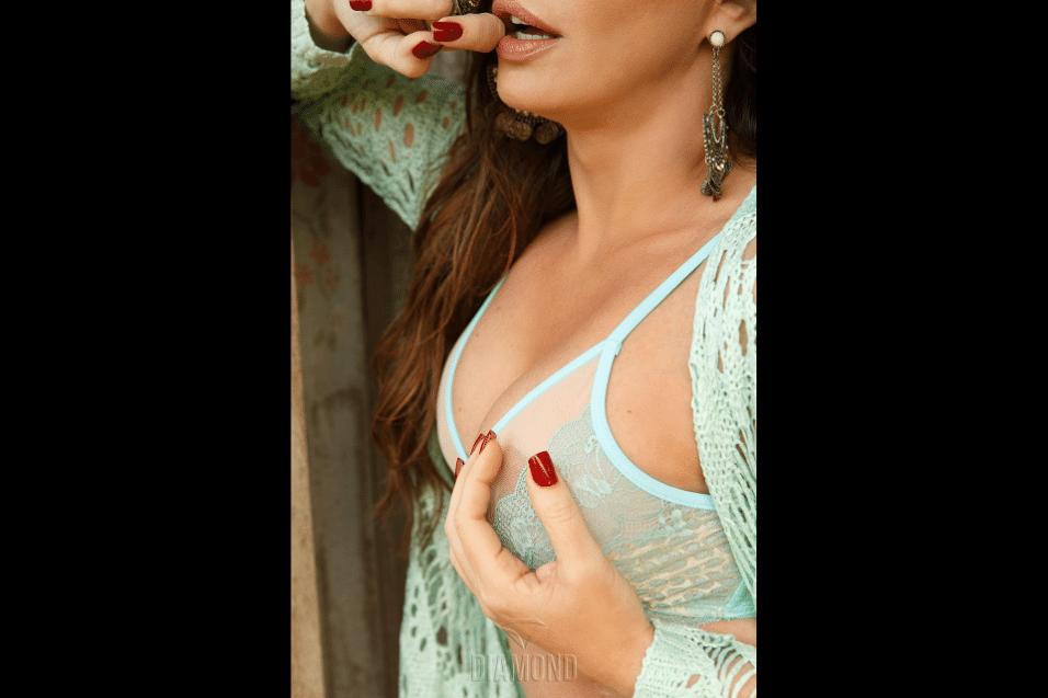 20.jan.2017 - Modelo não poupou nas caras e bocas para as lentes do ensaio sensual