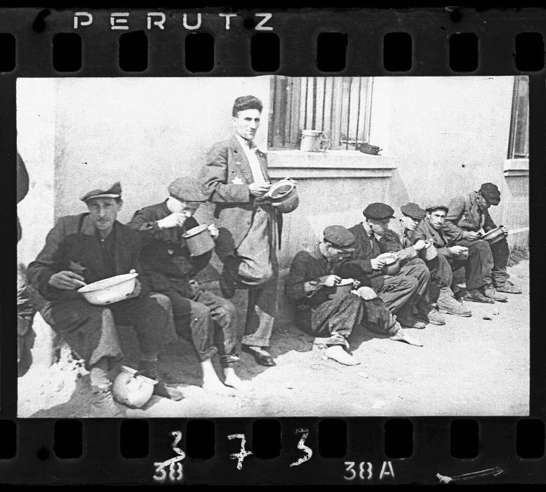1940-1944 - Grupo de homens comem em canecas e tigelas