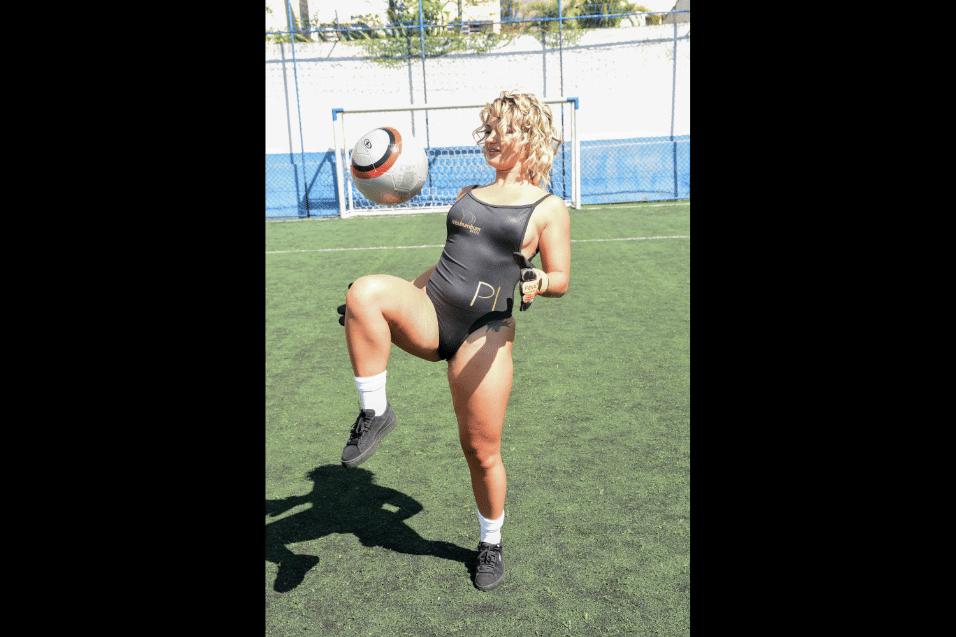 Ago.2017 - Disputando o título de dona do bumbum mais bonito do país, modelos do Miss Bumbum mostraram que futebol também é coisa de mulher