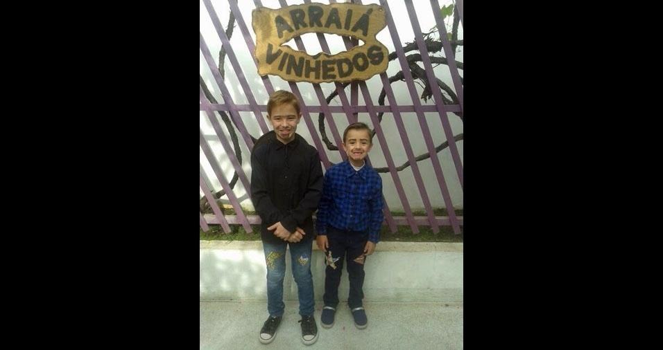 Dayane Covaleski de Almeida Bonfim, de Curitiba (PR), enviou foto dos filhos Arthur (de preto, dez anos) e Matheus Covaleski de Almeida Bonfim (seis anos, com camisa azul)