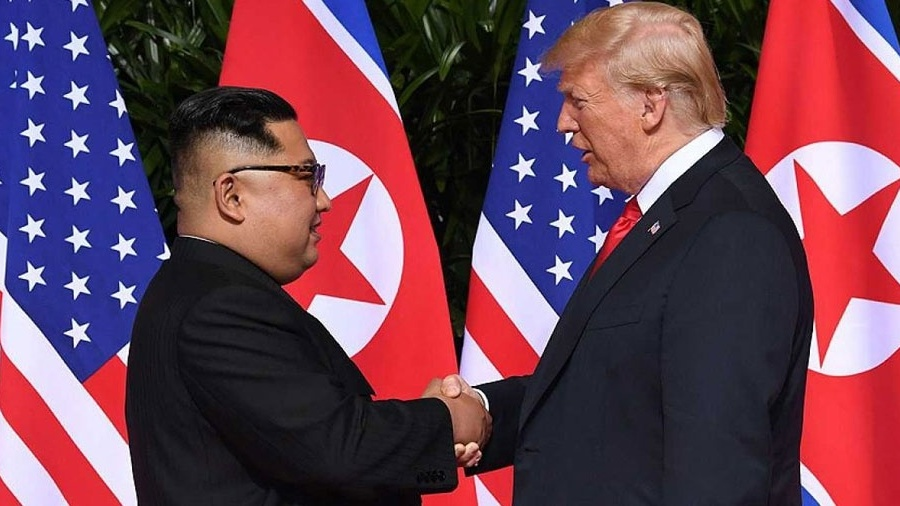 Donald Trump e Kim Jong-un durante encontro em Singapura em 2018 - Reprodução/Saulo Loeb/AFP