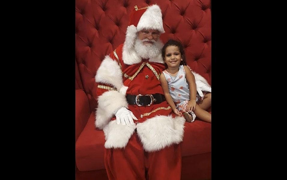 Márcia Rodrigues Marcelino, da Rocinha, no Rio de Janeiro, compartilhou momento da  filha Maitê com o Papai Noel do shopping Fashion Mall São Conrado