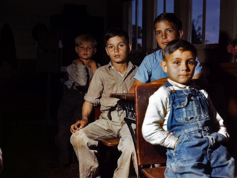 1°.out.2015 - Alunos em uma sala de aula no Texas (EUA), em 1943