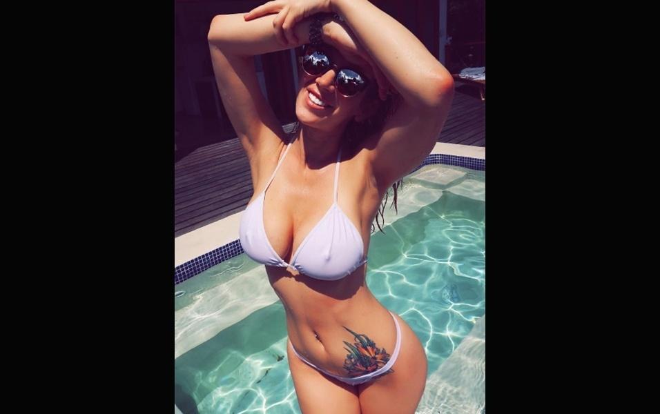 """4.mar.2017 - De férias na Costa Rica, a atriz pornô Jayden James está curtindo bastante o clima do país sul-americano. A gata foi clicada em uma piscina de hotel na praia Chiquita, em Puerto Viejo. """"É verão!"""", escreveu a norte-americana"""