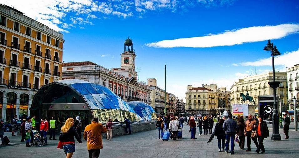 """4. Na Puerta del Sol, em Madri, encontra-se o quilômetro zero das estradas espanholas e também o edifício """"Casa de Correos"""", onde é realizada a contagem decrescente para a passagem de ano, a partir das badaladas do relógio em sua torre. A contagem é tão famosa que é televisionada desde 1962 pela TVE"""