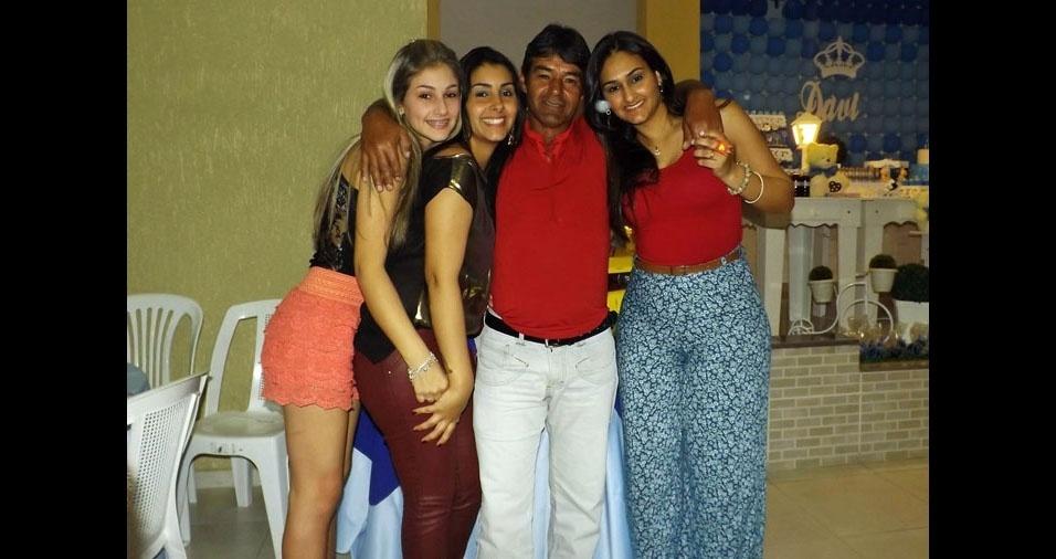 As filhas Beatriz, Tamires e Bruna com o papai Ronildo, de São José dos Campos (SP)