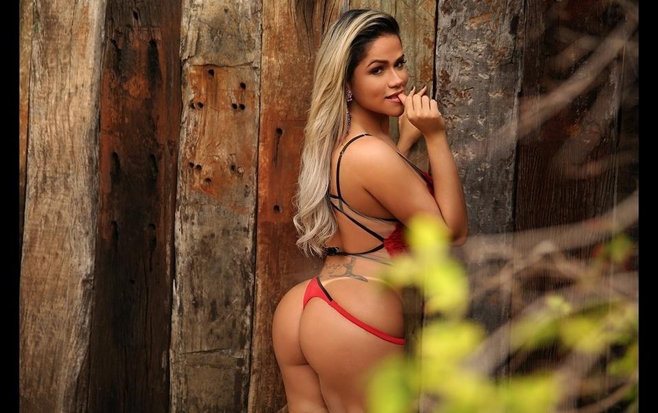 """15.ago.2017 - A modelo Natália Rios é muito quente! Ex-atriz escalada para seduzir marmanjos desavisados no """"Teste de Fidelidade"""", a gata já foi campeã do concurso de beldades Musa das Torcidas e também exibiu suas curvas na sessão """"Pimentinhas"""" da revista Sexy. Em um ensaio para o site Diamond Brazil, a gata, que já participou do Miss Bumbum, mostra toda essa gostosura e diz que a parte que mais gosta em seu corpo é o bumbum"""