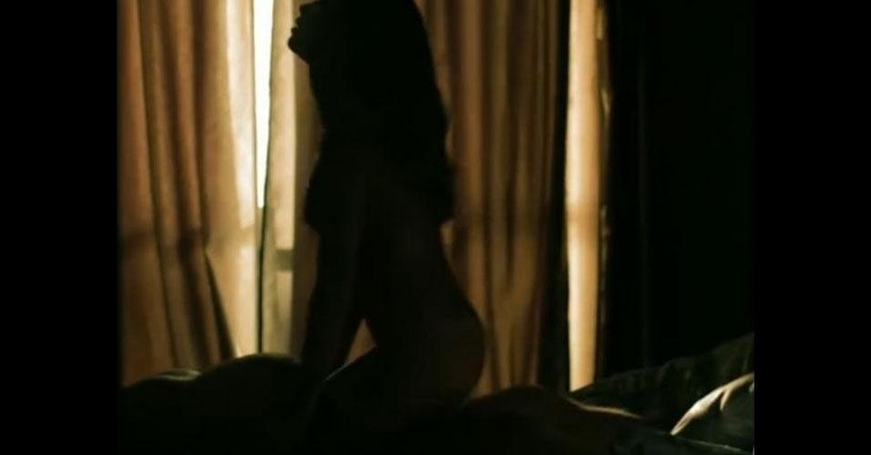"""20.jun.2015 - Na pele da modelo inconsequente Larissa, de """"Verdades Secretas"""", Grazi Massafera vive cenas quentíssimas de sexo. Em entrevista à página da novela, ela confessou que não sabia como seriam gravadas as sequências intimas, mas se sentiu segura e protegida pelo profissionalismo da equipe. Já a família da atriz prefere evitar as imagens. """"Não é ciúme, é respeito. Somos muito conservadores e acho as cenas fortes demais. Então, não assisto. É muito difícil para mim ver minha filha exposta daquele jeito, nua. Nunca vou me acostumar. Não gosto, não me sinto bem"""", declara a costureira Cleusa ao Jornal Extra. E o pai da atriz segue uma postura parecida: """"Acho que essas cenas de sexo não vou assistir, mas vou deixar a TV ligada"""""""