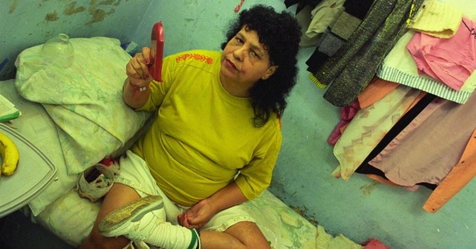"""Djanira Ramos Suzano, conhecida como Lili Carabina, foi uma famosa assaltante de bancos que atuou nas décadas de 70 e 80 no Rio de Janeiro. Sua quadrilha usava perucas, maquiagem e roupas provocantes durante as ações criminosas. Lili morreu no ano 2000, aos 56 anos, no Rio de Janeiro, vítima de um infarto. No cinema, Lili foi vivida pela atriz Betty Faria no filme """"Lili, a Estrela do Crime"""""""