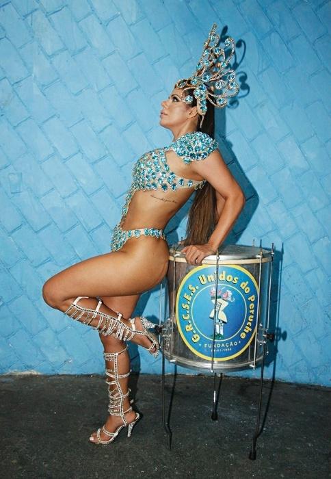 26.jan.2016 - Vencedora do Miss Bumbum 2015, Suzy Cortez estreia no Carnaval de São Paulo desfilando como destaque na escola de samba Unidos do Peruche