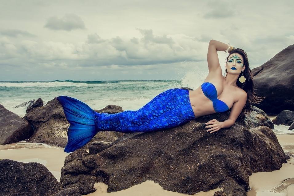 """14.out.2016 - A atriz Laura Keller arrasou em um ensaio fantasiada de sereia. """"Sereias são seres repletos de sensualidade e mistério, que invadem a imaginação masculina com suas histórias de encanto e sedução"""", contou a atriz ao posar para as fotos"""