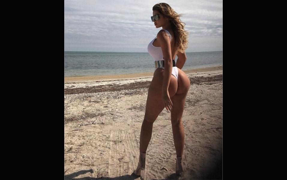 15.fev.2017 - Em outra imagem, Anastasia Kvitko aparece de frente e exibe a poderosa comissão de frenteA modelo russa Anastasia Kvitko protagonizou um ensaio na praia. O look da gata foi composto por um maiô branco e um cinto metálico