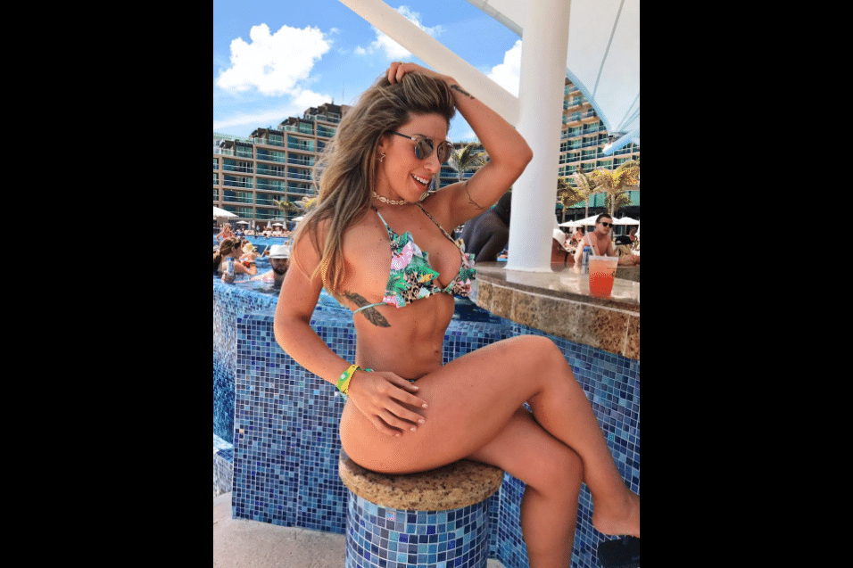 20.mar.2017 - A modelo Tati Minerato posou no balcão do bar de piscina do hotel Hard Rock, em Cancún