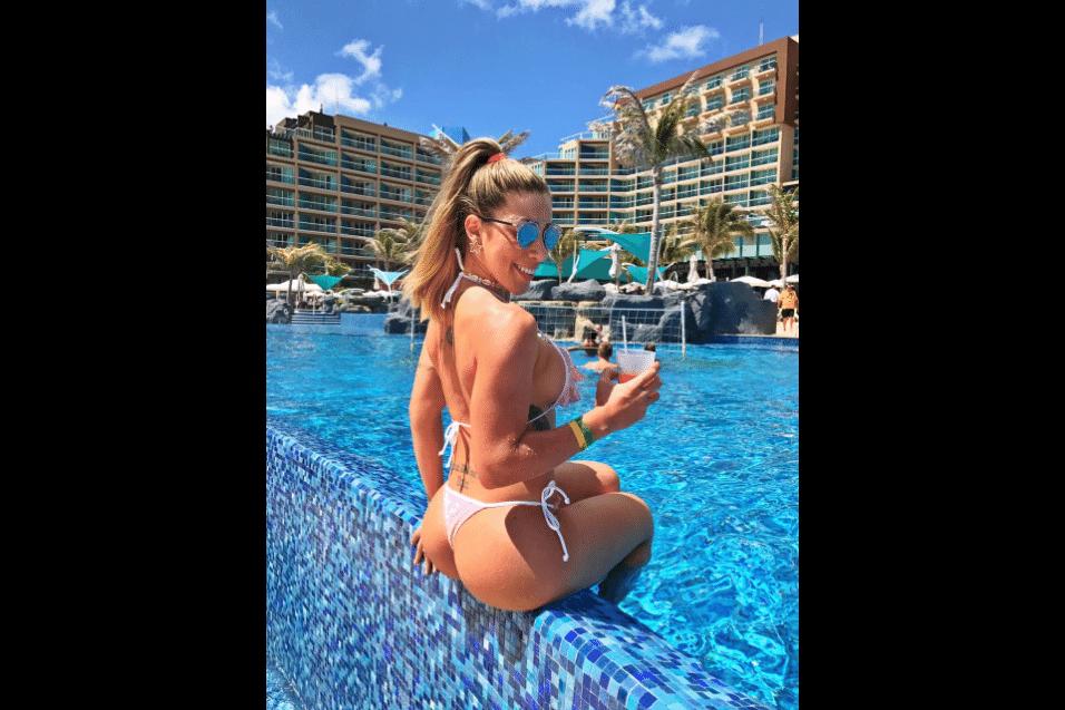 20.mar.2017 - Tati Minerato curte uma piscina durante viagem de férias para Cancún, no México
