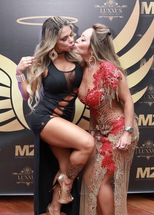 5.nov.2017 - Candidatas Pamela Punch, musa do DF, e a Elga Shitara, representante de Sergipe, trocam selinho na final do Musa do Brasil