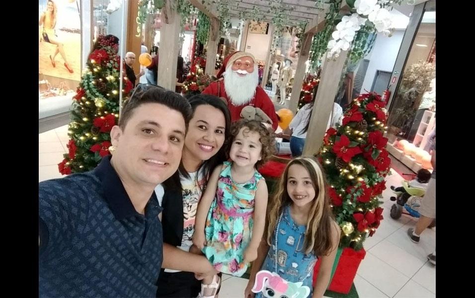 Heberton Rodrigues, de Lençóis Paulista (SP), compartilha momento com sua família, a esposa, Maiara, e as filhas Laura, dois anos, e Yasmim, nove anos