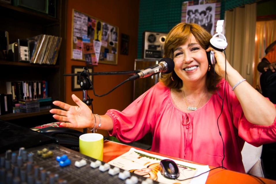 """16.set.2014 - Claudia Jimenez volta à TV na série """"Sexo e as Negas"""" como uma dona de bar e proprietária da rádio comunitária mais famosa da comunidade"""