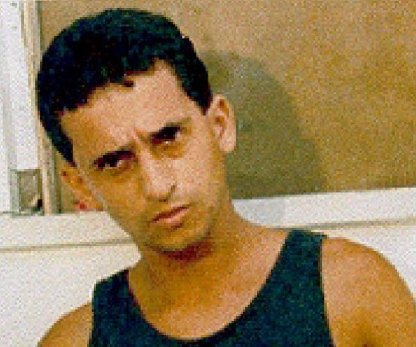 Na virada dos anos 2000, Paulo Cesar Silva dos Santos, o Linho (acima, em foto de 2001), foi um dos principais líderes da facção ADA (Amigos dos Amigos). Após uma guerra pelo poder que culminou com um racha na facção e a perda de regiões para o Terceiro Comando Puro e o Comando Vermelho, o traficante perdeu força e influência, sumindo dos morros do Rio de Janeiro. De acordo com o site procurados.org., Linho foi morto em São Paulo, em uma emboscada