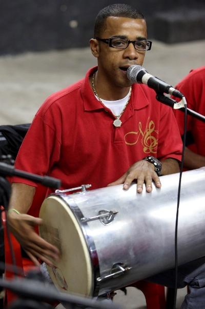 Emerson Cardoso, também conhecido como Madureira, toca tan tan em mais um dos sagrados encontros da roda de samba Maria Cursi na comunidade de São Mateus. Ele também garante sua participação no grupo como vocalista