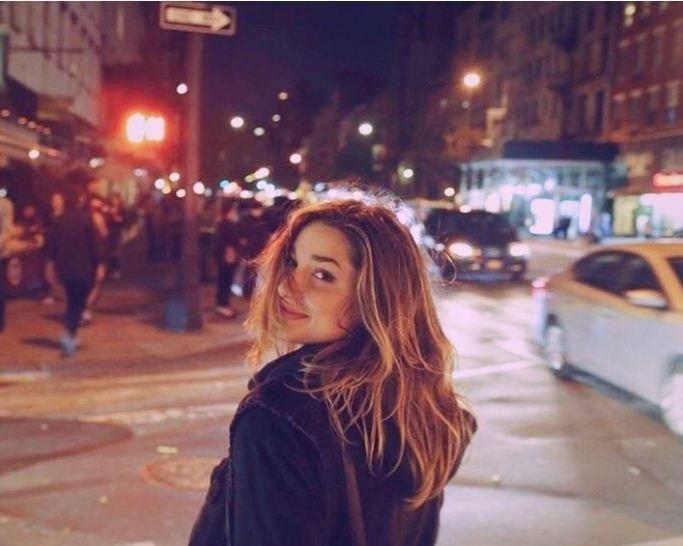 24.set.2016 - Sasha Meneghel posa para amigo em rua de Nova York, nos Estados Unidos. A filha de Xuxa e Luciano Szafir está morando na cidade para cursar moda e já parece integrada à sua vida noturna