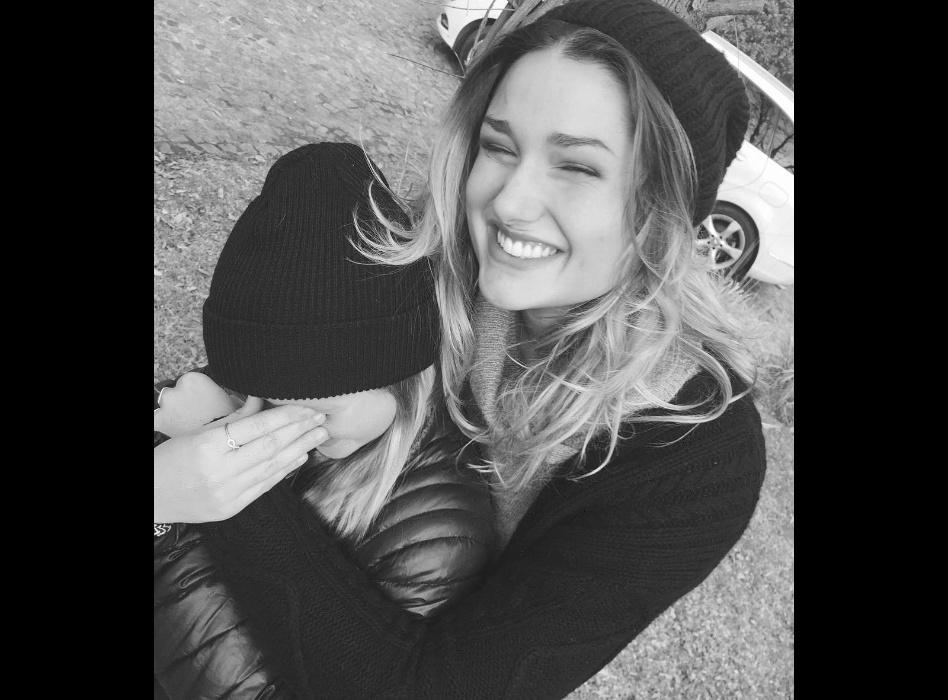 """29.mai.2016 - Sasha Meneghel publica foto ao lado de amiga. """"My baby"""", escreveu a filha de Xuxa e Szafir sobre a garota que esconde o rosto"""