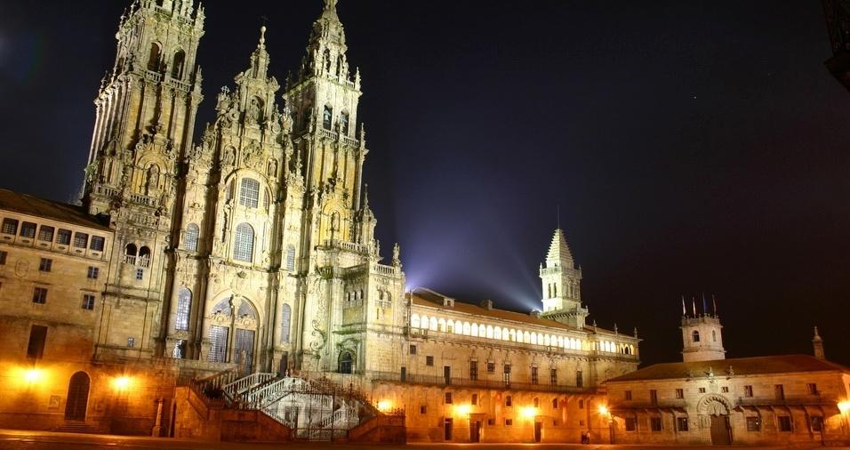 35. A Catedral de Santiago de Compostela foi construída entre 1075 e 1128 em estilo românico e foram adicionados elementos góticos, renascentistas e barrocos à sua arquitetura em reformas posteriores. Seu interior abriga o túmulo do apóstolo Santiago Maior, padroeiro da Espanha, o que converteu a igreja no principal destino de peregrinação da Europa, conhecido como o Caminho de Santiago
