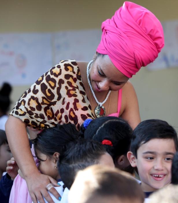 Crianças correm para abraçar a princesa Kambo