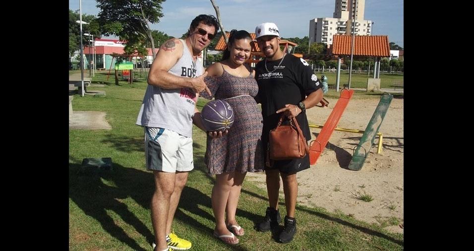 O vovô Luis Roberto com a mamãe Pâmela e o papai Alison, de Jacareí (SP)
