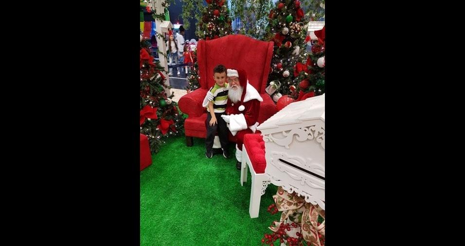 Augusto R. Ghizoni curtindo o papai Noel no shopping, em Balneário Camboriú (SC)