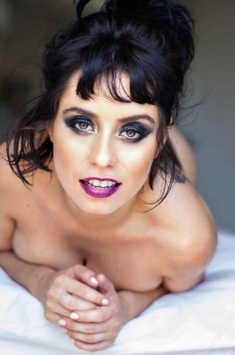 """30.abr.2018 - """"Precisamos viver o nu. Em pleno 2018 tem mais gente preocupada com os meus mamilos do que com a própria vida"""", afirma Larissa Maxine"""