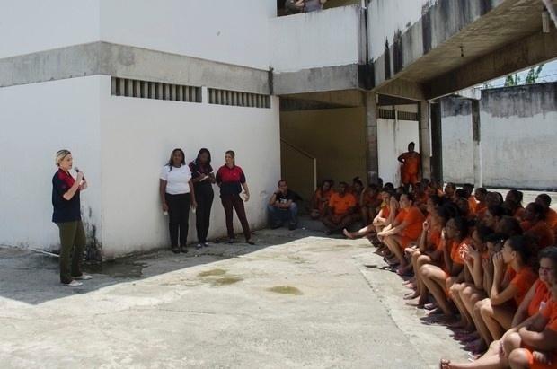 5.nov.2015 - Andressa Urach conversa com 138 detentas sobre o seu passado durante uma visita a um presídio feminino da Mata Escura, em Salvador