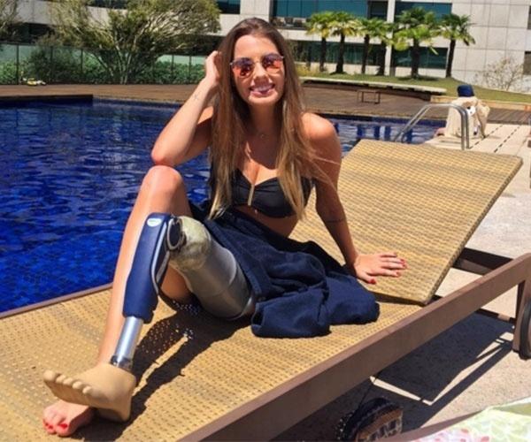"""6.nov.2015 - Após ter a perna esmagada por uma motorista alcoolizada, Paola Antonini não deixou se abater. No Instagram, a gata de 21 anos faz questão de postar fotos na praia, de saia, shorts e biquíni, sem esconder que usa uma perna mecânica. No YouTube, Paola Antonini tem uma canal, que leva o seu nome, em que passa mensagens positivas às pessoas, sobretudo aquelas que se acham """"feias"""", ou reclamam da vida"""