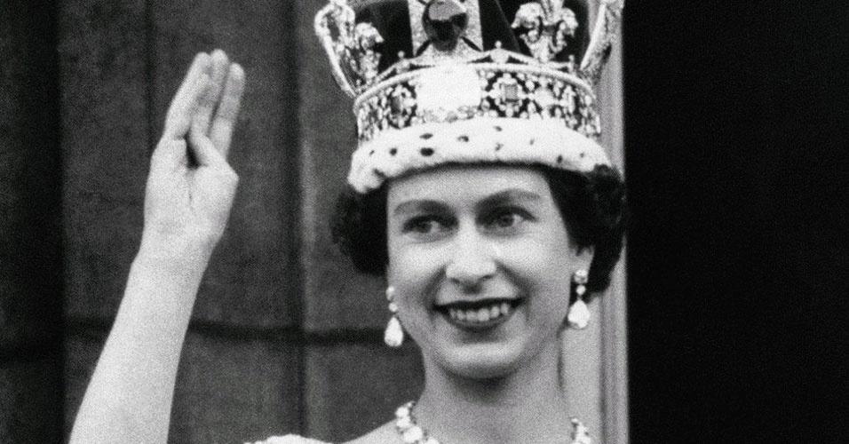 """17. O título oficial completo da Rainha Elizabeth 2ª é  """"Sua Majestade Elizabeth Alexandra Mary Segunda, com a Graça de Deus, da Grã-Bretanha, Irlanda do Norte e territórios Além Mar, Rainha da Comunidade Britânica e Defensora da Fé"""", ou seja, a rainha não tem sobrenome, é apenas Elizabeth Alexandra Mary"""