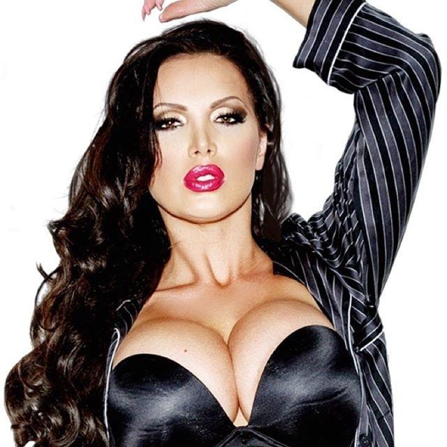 31.ago.2016 - Para chamar a atenção de seus seguidores, a atriz pornô Nikki Benz aposta em fotos com decotes para lá de ousados