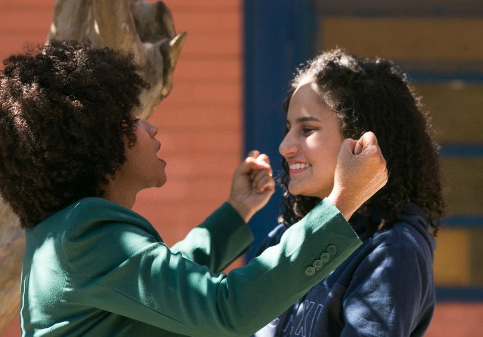 Professora Gina comemora com aluna após roda de conversa em Ceilândia, no Distrito Federal