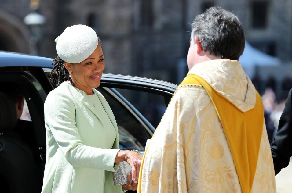 A mãe de Meghan Markle chega ao casamento visivelmente emocionada