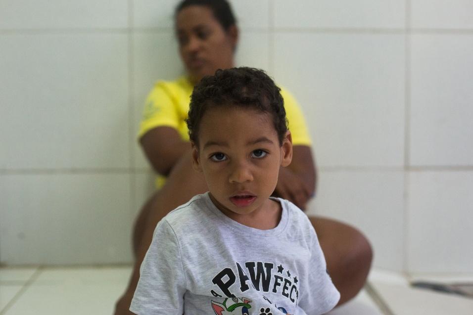 Germana Soares - UMA - Guilherme é uma das crianças que nasceu no final de novembro de 2015, no auge do surto de zika vírus no Brasil. Hoje com três anos, ele recebe acompanhamento de fisioterapeuta, terapeuta ocupacional e fonoaudiólogo para o trabalho de reabilitação