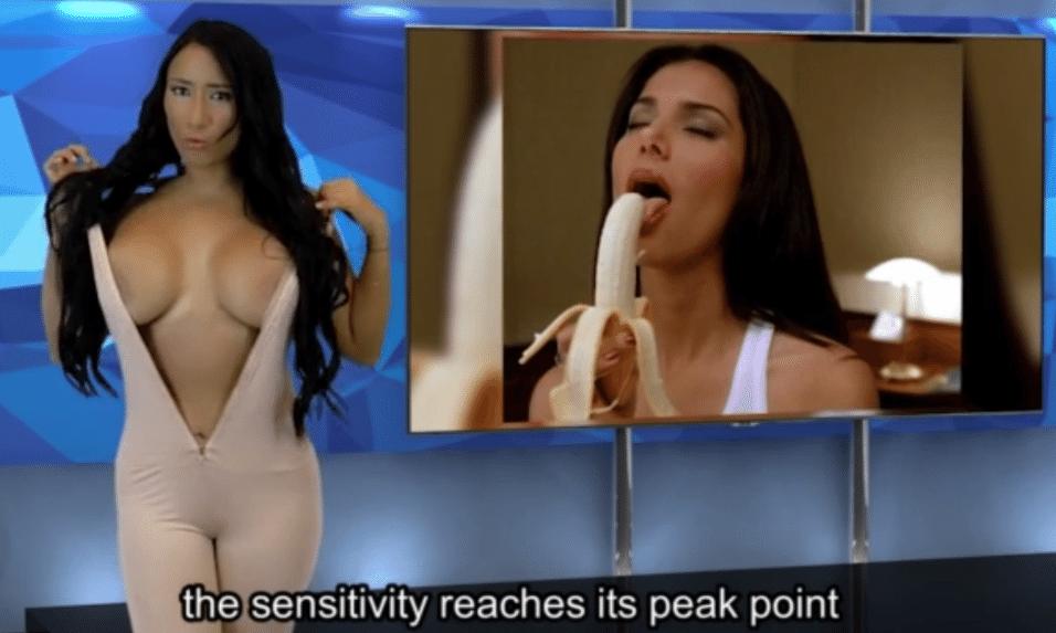 """27.set.2015 - Paola Romero mostra seios fartos durante a transmissão do """"Desnudando la Notícia"""""""