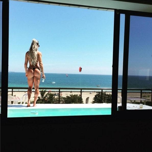 1.fev.2016 - Juju Salimeni postou uma foto nesta segunda-feira em que aparece com o bumbum em dia. A bela estava de biquíni em uma piscina. A pose perfeita rendeu milhares de curtidas e muitos comentários dos marmanjos.
