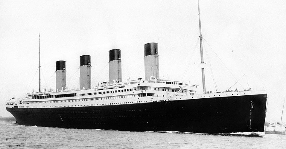 """O Titanic partiu da Inglaterra com destino aos Estados Unidos no dia 10 de abril. Estima-se que o navio colidiu com um iceberg às 23h40 de 14 de abril de 1912, num domingo. O comando da embarcação transmitiu a última mensagem 40 minutos depois, de forma bastante breve: """"Afundamos"""". Às 2h20 da manhã do dia 15, o Titanic já estava completamente submerso. A maioria absoluta das pessoas morreram de hipotermia causada pela água gelada (cerca de 2ºC negativos)"""
