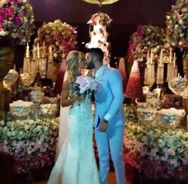 3.out.2016 - Andressa Suita e Gusttavo Lima se beijam após cerimônia de casamento